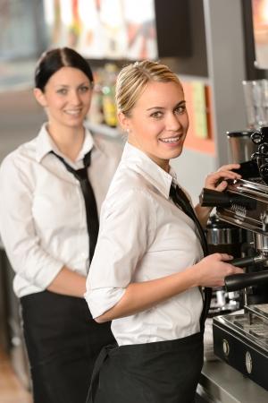 Sourire des jeunes serveuses qui servent le café dans le restaurant