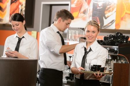 Serveuses confiant et sommelier de travail dans les boissons portion de bar Banque d'images