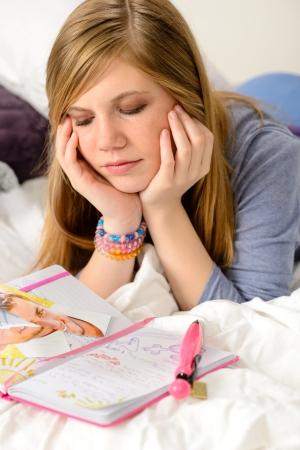 unrequited love: Adolescente triste que miente sobre su diario, porque el amor no correspondido