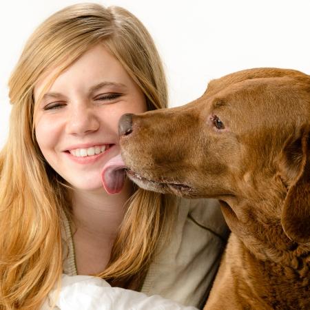 licking in isolated: Ritratto di una ragazza carina coccole con il suo cane