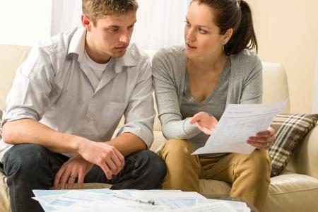 Ongerust paar praten over hun uitgaven en financiële problemen