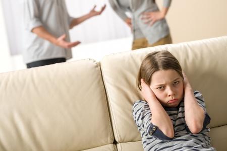 pareja enojada: Los padres que luchan frente a su hijo infeliz hija Foto de archivo