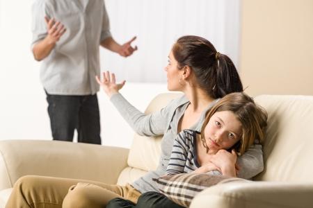 Argumentando padres con la niña malestar Foto de archivo