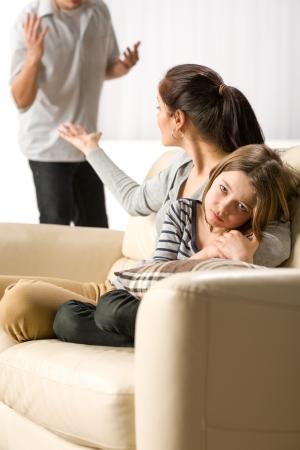 Souffrant fille de parents, la séparation et les combats constants
