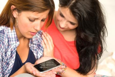 Chica consuelos su triste hermana por teléfono celular roto