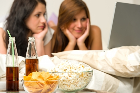 soir�e pyjama: Les jeunes filles ayant soir�e pyjama et regarder des films