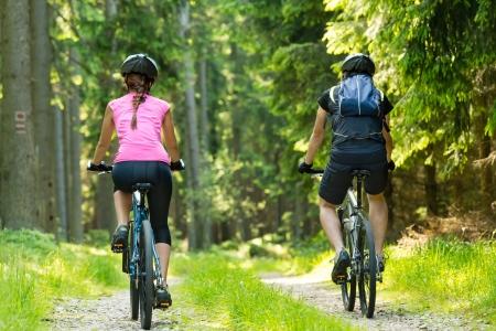 Bikers dans le cyclisme de la forêt sur la piste de l'arrière