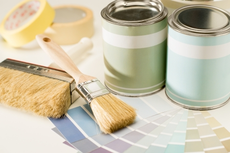 Een selectie van de schilderkunst levert staal, borstel en kan