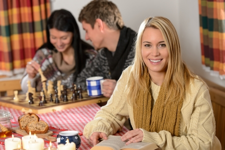 jugando ajedrez: Los j�venes pasan pa�s de vacaciones de invierno casa jugando al ajedrez