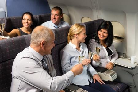 Avión cabina empresarios tostado con champán vuelo de pasajeros de viajes