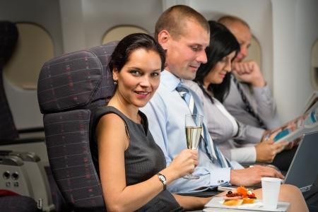 비행기 여인의 비즈니스 여행은 다과기 객실 승객을 즐긴다.
