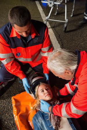 motorrad frau: Sanit�ter Entfernen von verletzten Motorradhelm Fahrerin in der Nacht