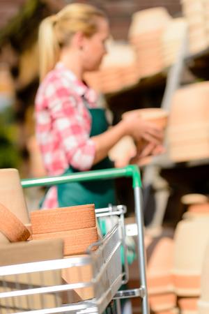 ollas de barro: Primer plano de la cesta de la compra con la mujer de centro ollas de barro jard�n Foto de archivo
