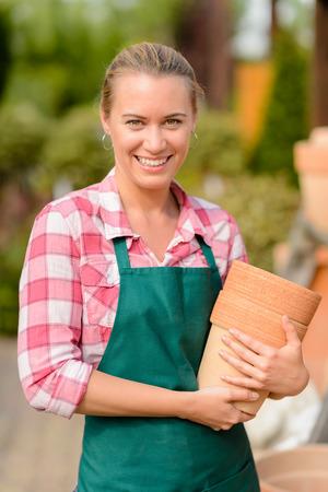 ollas de barro: Sonre�r centro de jardiner�a trabajador mujer con ollas de barro retrato
