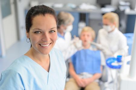 Profesional chequeo dentista equipo chico paciente adolescente en la cirugía dental Foto de archivo