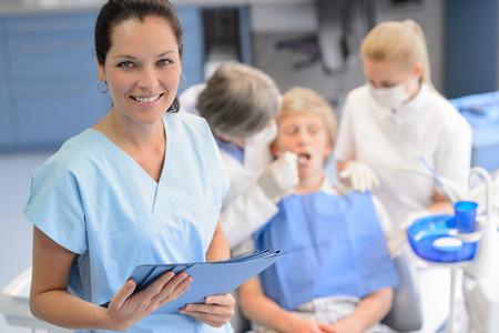 Professionele tandarts team checkup tiener patiënt jongen bij kaakchirurgie