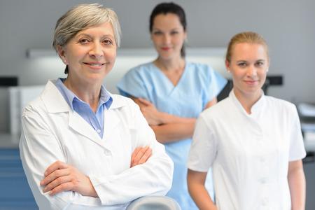 歯科手術の肖像画で 3 つの専門職の女性の医療チーム