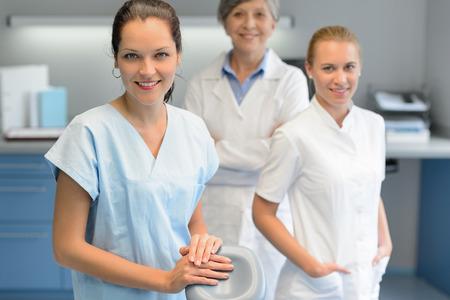 глядя на камеру: Три стоматолог женщина команда в стоматологической хирургии глядя камеры портрет