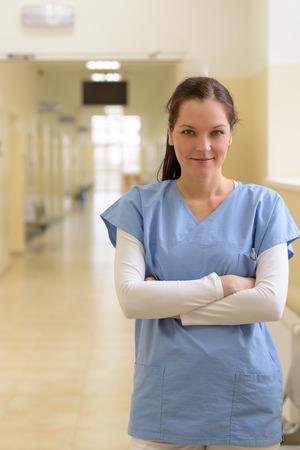Sourire jeune infirmière au couloir de l'hôpital à lui seul Banque d'images