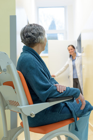 Patient plus âgé à l'hôpital en attente de médecin assis en fauteuil roulant Banque d'images
