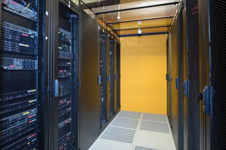 Climat datacenter contrôlée montrant racks de serveurs Internet