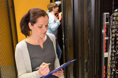 sexo femenino: Ingeniero de sexo femenino en el centro de datos de los servidores de red Foto de archivo