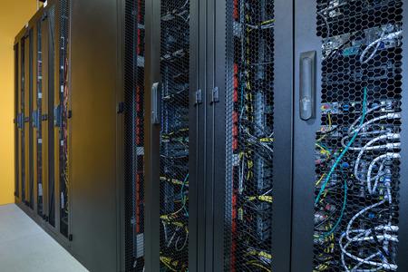 Salle de serveur avec des crémaillères de ordinateurs connectés à Internet Banque d'images