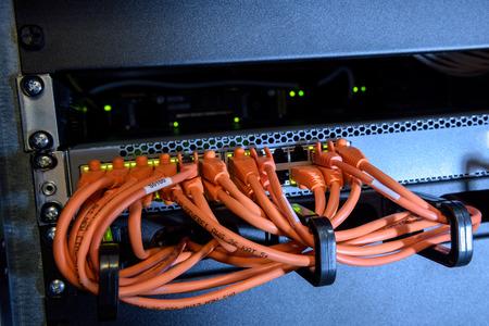 Interrupteur d'Internet avec des câbles Ethernet dans datacenter Banque d'images