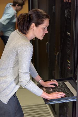 Weiblich Netzwerk-Ingenieur im data Überprüfung Verkehr auf ihrem Laptop