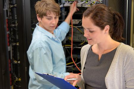 Équipe de techniciens informatiques dans la salle de contrôle de serveur réseau d'ordinateurs Banque d'images