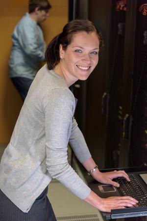 Femme Ingénieur informatique dans le serveur réseau de contrôle de la chambre Banque d'images