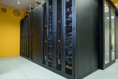 Salle de serveur réseau avec ordinateurs connectés à Internet Banque d'images
