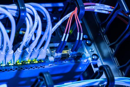 Câbles à fibres optiques dans commutateur de réseau de datacenter Banque d'images