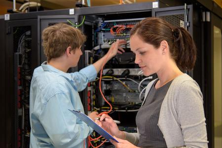 ネットワークのサーバーが動作してデータ センター内の IT 専門家のチーム 写真素材