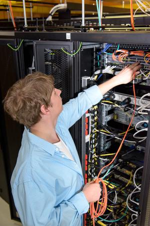 Technicien Datacenter patcher câble optique dans le serveur de réseau