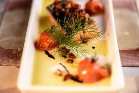 Steak grillé de saumon à l'aneth et à la tomate