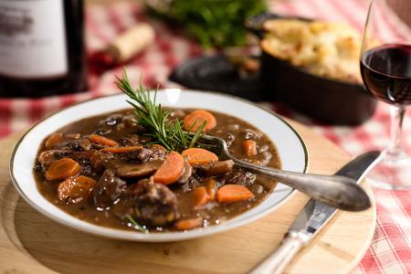 Franse boeuf bourguignon vlees stew met wortelen Stockfoto