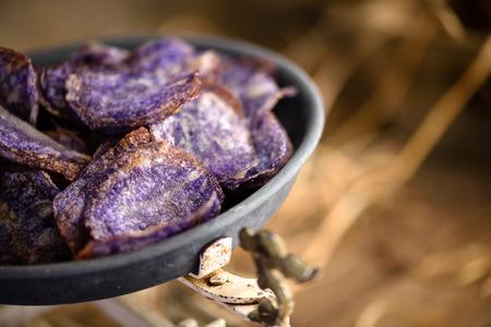 papas: Papas fritas púrpura dulces en hojalata