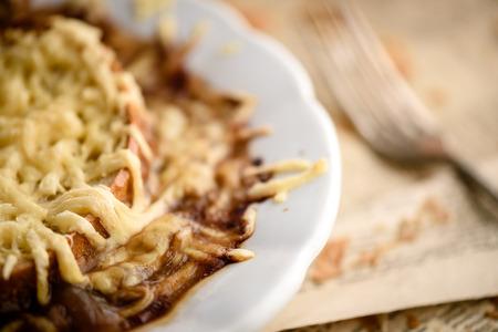 Soupe à l'oignon français et emmental gratiné sur croûtons de pain