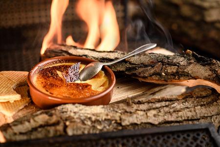 Crème brûlée traditionnelle crème dessert à la vanille française avec du sucre caramélisé Banque d'images