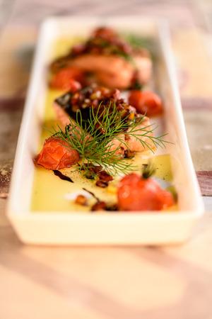 Filet de saumon à la tomate française et sauce à l'aneth