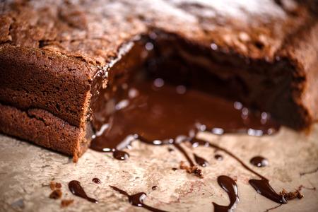 Fondant au chocolat dessert avec fondu à l'intérieur de pouding au chocolat