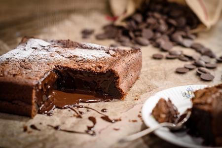白い粉砂糖で覆われたフランス チョコレートフォンダン ケーキ
