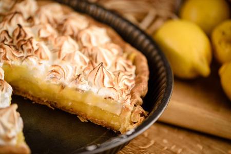 Tarte au citron meringuée grillé dessus en français moule à gâteau