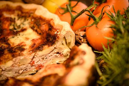 Tranche de quiche lorraine avec des tomates fraîches Banque d'images