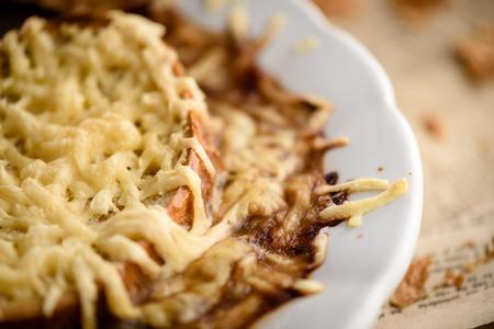 Français oignons traditionnels soupe close-up avec du fromage gratiné