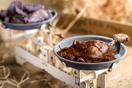Rôti cuisse de canard à la sauce vin de cerise de port avec patates douces violettes puces
