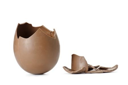 osterei: Schokolade Osterei mit Schuppen gebrochen, isoliert auf weiß