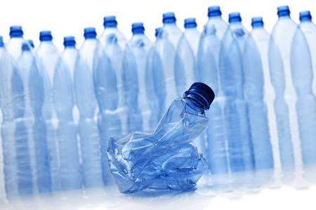 botellas vacias: grupo de botellas de plástico vacías con las trituradas