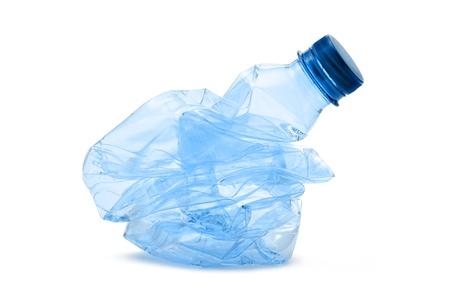 白い背景の上のプラスチック製のボトルを粉砕 写真素材